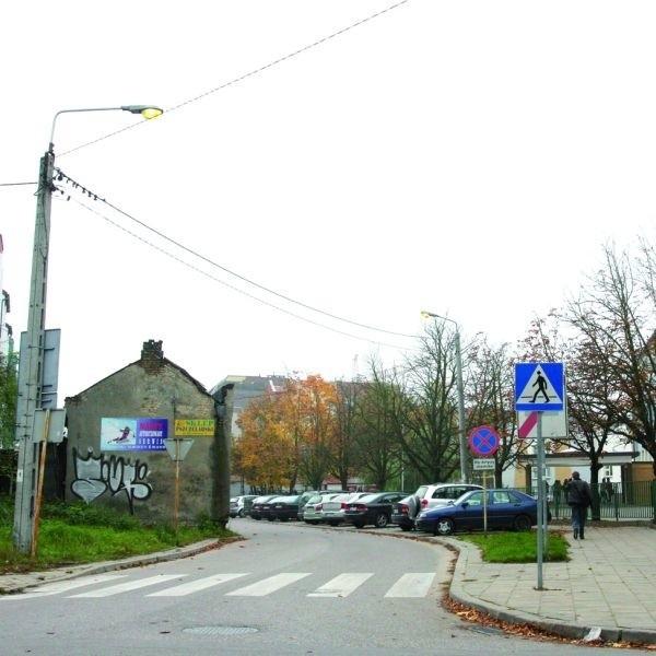 """Od kilku tygodni latarnie świecą nawet w środku dnia – mówili mieszkańcy ulicy Brukowej. – Wystarczył jeden telefon """"Porannego"""" do energetyków i działają jak należy."""