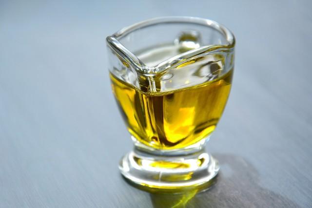 Olej spożywczy świetnie się sprawdza w kuchni. Można go także używać przy domowych porządkach.