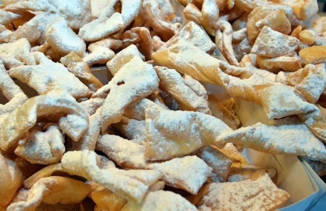 Faworki (lub chrusty) to obok pączków najpopularniejsze słodkości zajadane przez Polaków w tłusty czwartek.