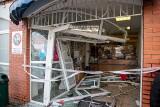 Wypadek na Kołłątaja w Białymstoku. Kobieta w BMW wjechała w pocztę. Lokal jest zdemolowany (zdjęcia)