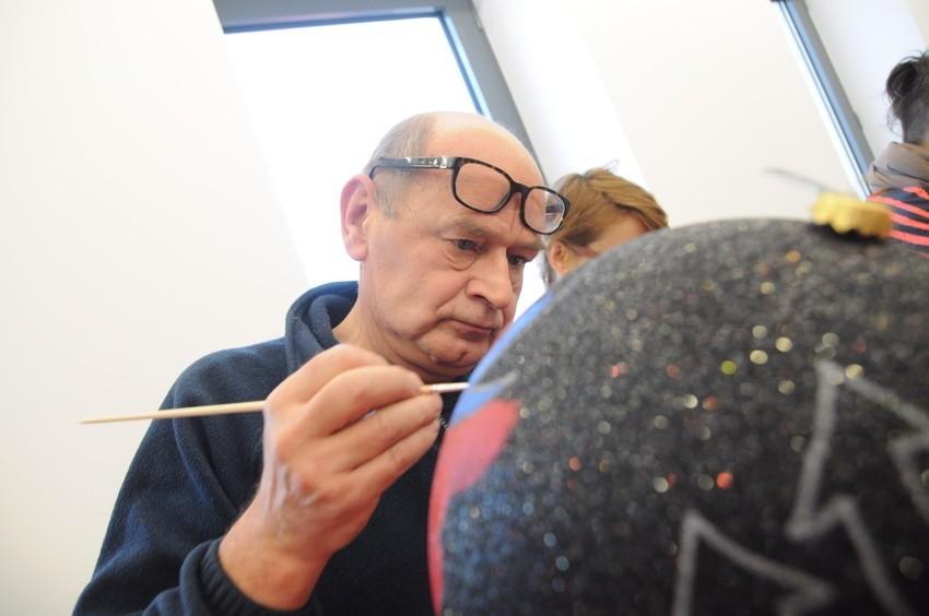 """""""Akcja bombka"""" w ramach akcji """"Święta z Prezydencją"""" odbyła się w Centrum Edukacji Artystycznej ARTPUNKT w Opolu. Na zdjęciu Bolesław Polnar."""