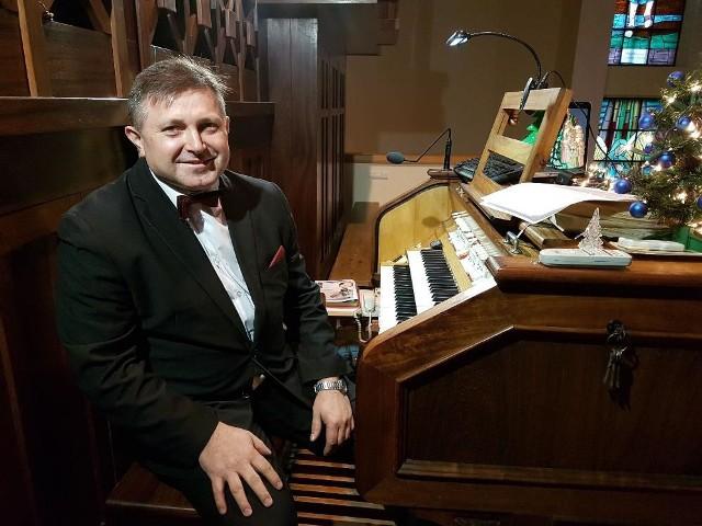 Adam Rusinek to nauczyciel z Bydgoszczy. Uczył muzyki i sztuki w Zespole Szkół nr 19 w Bydgoszczy. Od wielu miesięcy zmaga się z ciężką chorobą nowotworową - nieoperacyjnym guzem trzustki.
