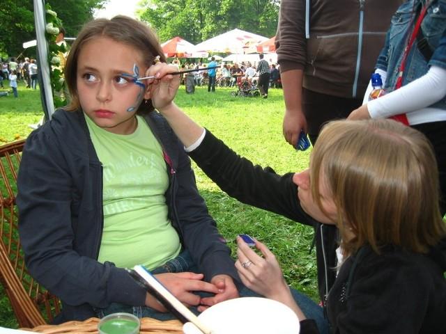 Wśród większych i mniejszych atrakcji w Parku Mużakowskim dużym powodzeniem cieszyło się artystyczne malowanie twarzy.