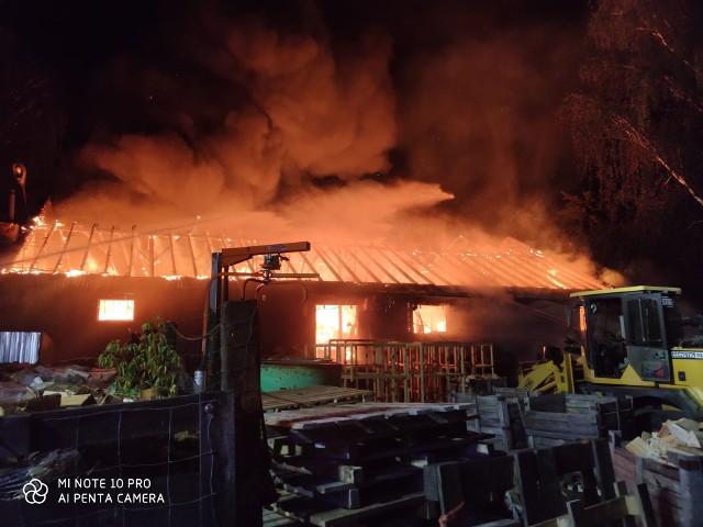 W nocy w Mosinie zapalił się magazyn na terenie zakładu przetwórstwa drewna przy ul. Śremskiej. Akcja trwała kilka godzin, a ogień gasiło 10 zastępów straży pożarnej. Przejdź do kolejnego zdjęcia --->