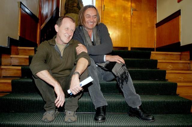 Dariusz Wolski (z prawej) na słynnych schodach łódzkiej Szkoły Filmowej. Obok dr Andrzej Mellin, profesor uczelni