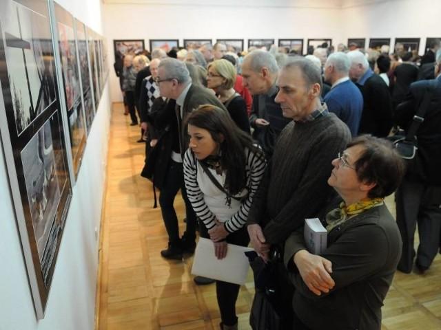 Środa, wernisaż wystawy. Na jej otwarcie przyszło blisko 200 osób.