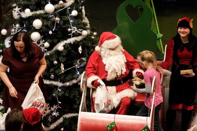 Maluchy z domów dziecka bawiły się w Family Parku w Bydgoszczy. Było dużo prezentów i radości. Nie zabrakło oczywiście Świętego Mikołaja.