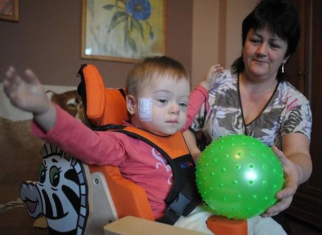 Na razie Bartuś protezy zakłada na kilka godzin dziennie. Mięśnie w kikutkach są bardzo słabe, więc chłopiec szybko się męczy i niecierpliwi.