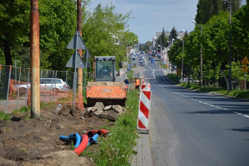 Część torowiska na ul. 1 Maja remontuje miasto Zgierz...