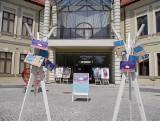 """Wieliczka. Biblioteka """"uwalnia książki"""". Mieszkańcy mogą zabierać je z kilku punktów w centrum miasta"""