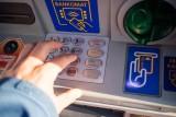 Kradzież na BLIK-a w Polsce. Stoją pod bankomatem i czają się na kody