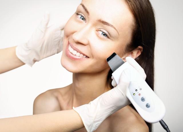 Przy skłonności do powstawania prosaków bardzo ważna jest odpowiednia pielęgnacja i zabiegi na twarz, np. peelingi.
