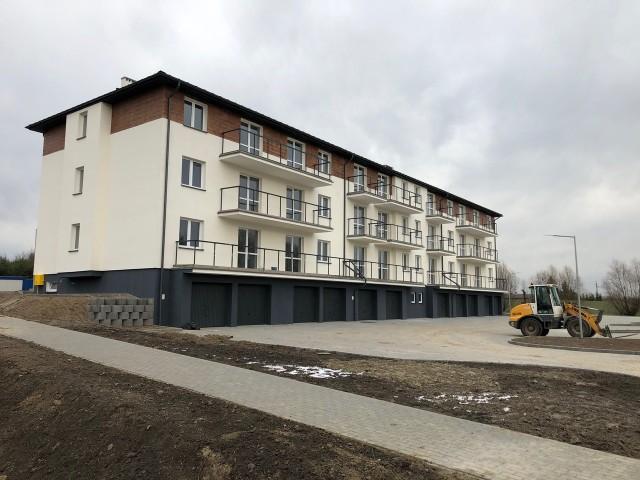 Ponad 3 mln 700 tys. zł kosztuje budowa budynku mieszkalnego wielorodzinnego w Płużnicy.  Część tej kwoty gmina wyda na tę inwestycję dopiero na początku 2020 roku