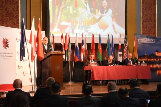 Uroczyste otwarcie VIII Międzynarodowego Kongresu Azjatyckiego z udziałem m.in. marszałka woj. kujawsko-pomorskiego Piotra Całbeckiego.