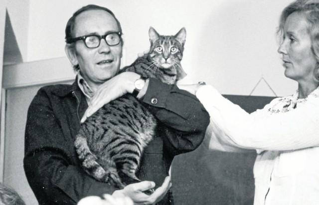 Tadeusz Konwicki i jego rodzina byli bardzo związani z ich kotem Wanią. Do tego stopnia, że pisarz poświęcił mu całą książkę