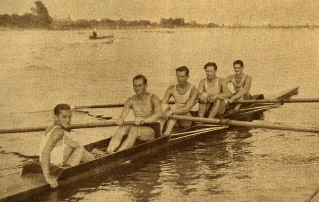 """Jerzy Braun (drugi od lewej) z Januszem Ślązakiem, Edwardem Kobylińskim, Stanisławem Urbanem i Jerzym Skolimowskim  z """"brązowej"""" czwórki ze sternikiem  z Los Angeles z 1932 roku"""
