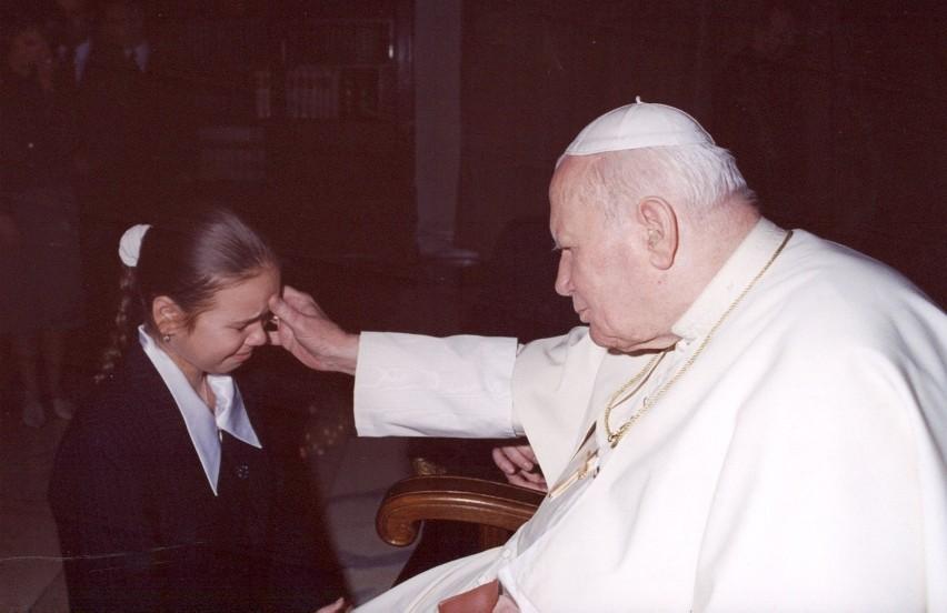 Agata Ostaszewska rozpłakała się w głos, gdy Jan Paweł II obdarzył ją błogosławieństwem.