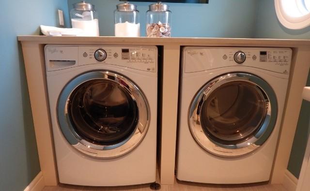 Po skończonym praniu pozostaw drzwiczki otwarte, aby pralka wyschła w środku.