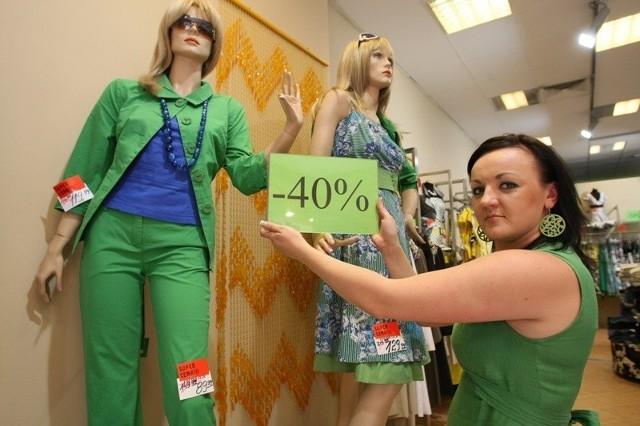 - W Cotton Club letnie ubrania są już tańsze o 40 procent. Wkrótce będzie jeszcze taniej – mówi sprzedawca Izabela Snochowska.