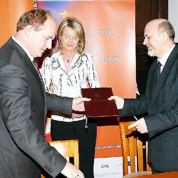 """Tuż po podpisaniu umowy gwarantującej unijne  środku dla """"Czarnoziemu na Soli"""". Od lewej  stoją: marszałek Piotr Całbecki, Jolanta  Woźnica i Zenon Lewandowski."""