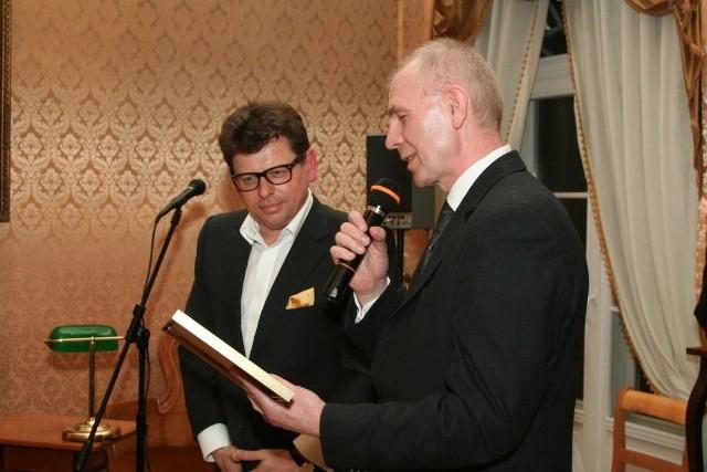 Nagrode odbiera prezes firmy, Tomasz Tworek (z lewej)
