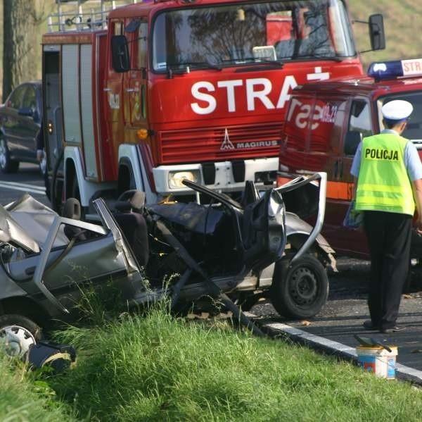 Opel vectra mieszkańca Głuchołaz czołowo zderzył się z astrą z Kędzierzyna-Koźla. Kierowca vectry zginął. Pasażerowie astry są ranni.