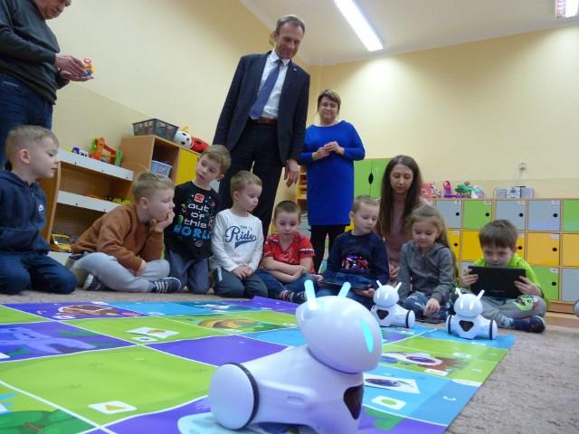 Przedszkolaki z wójtem Zbigniewem Piątkiem i robotami.