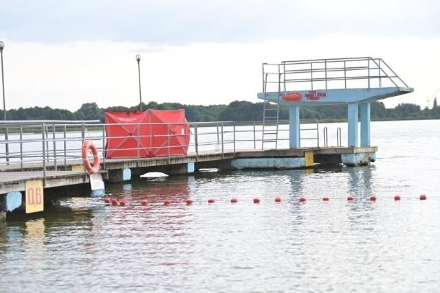 Pod wodą w Jeziorze Rudnickim w Grudziądzu zniknął 15-letni chłopak. Został szybko wyciągnięty, reanimowano go przez kilkadziesiąt minut, ale niestety bezskutecznie.