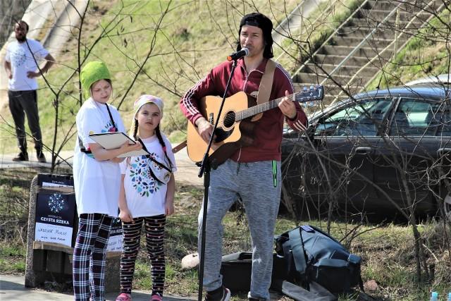 Podczas występów w plenerze często towarzyszą Darkowi jego dwie córki - Wiktoria i Maja.
