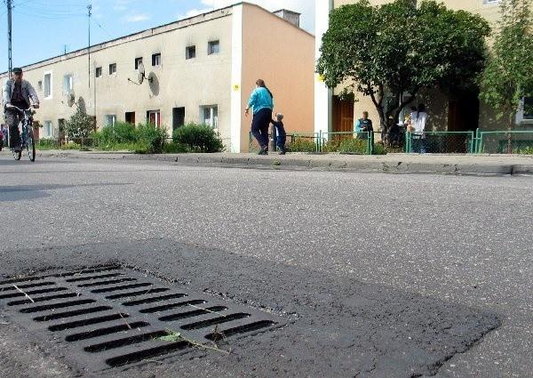 Dwa budynki na ulicy Lotniczej nie są  podłączone do sieci kanalizacyjnej. Czy uda się  znaleźć rozwiązanie na problemy mieszkańców?