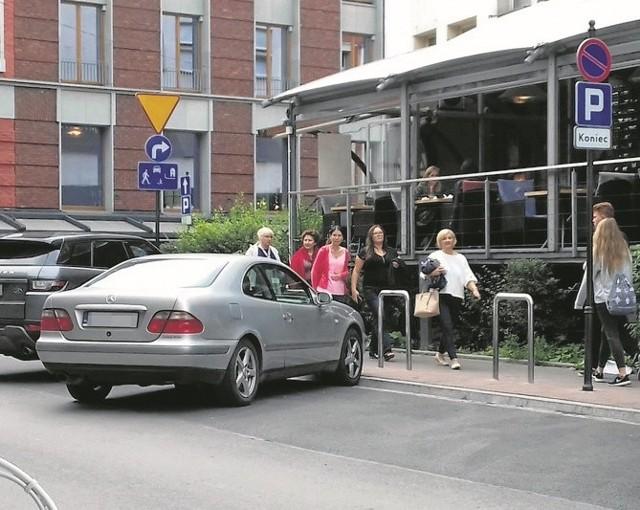 Kierowcy parkują tuż przy skrzyżowaniu, mimo wyraźnego zakazu