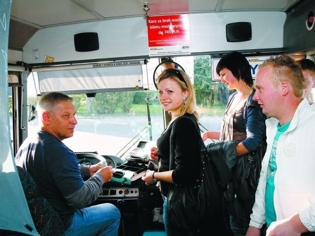 – Jako kierowca od 30 lat znam swoim pasażerów, a oni mnie – powiedział Tadeusz Stankiewicz. Sylwia Gołąbiewska (z prawej) była zadowolona, że mogła kupić w sobotę bilet do Suchowoli.