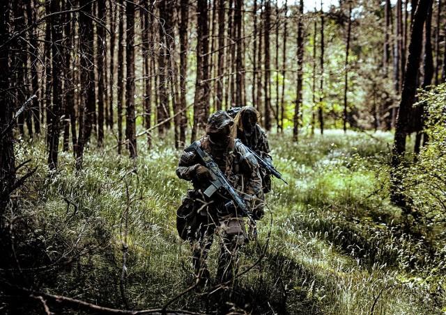 Kończy się pierwszy rok szkolenia młodych rocznikiem żołnierzy 82 Batalionu Lekkiej Piechoty w Inowrocławiu. Żołnierze zdają egzaminy. Muszą wykazać się umiejętnością wykonywania zadań oraz nie dać się wykryć