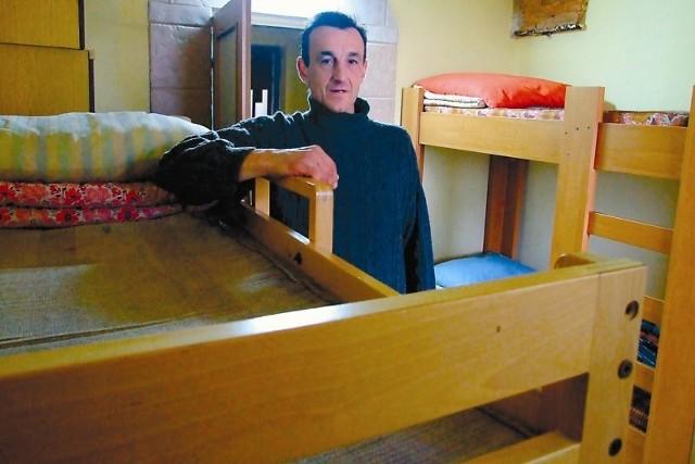 - Zapewniamy bezdomnym wspólne pokoje i łóżko. Będą tu mogli mieszkać aż do świąt wielkanocnych - mówi Jacek, lider domu.