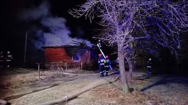 Pożar domu jednorodzinnego wybuchł po godzinie 19. w czwartek w miejscowości Odrynki. Zdjęcia udostępnione z: OSP Narew