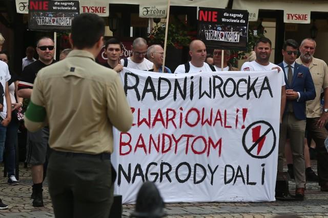Podczas wręczania Nagrody Wrocławia dla Strajku Kobiet w czerwcu, odbywały się protesty przed ratuszem