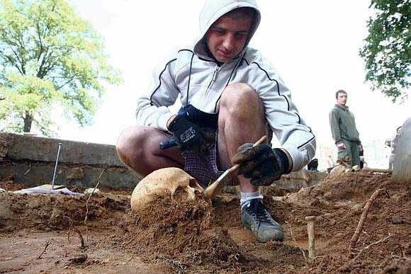Archeolodzy weszli na teren przy wzgórzu św. Magdaleny po tym, jak robotnicy pracujący nad przebudową drogi natknęli się na ludzkie szczątki