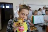 Warsztaty kulinarne dla dzieci z domu dziecka. Tak spędzają ferie uczniowie Zespołu Szkół Technicznych