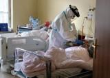 """Brak wolnych łóżek w szpitalach dla pacjentów z COVID-19 na Pomorzu. """"Sytuacja prawie wojenna"""" - mówi lekarz wojewódzki"""