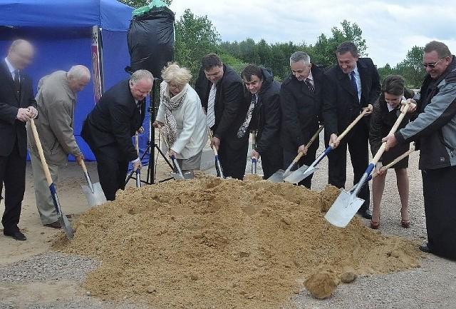 Symboliczne wbicie łopat na drodze pomiędzy Kornicą a Proćwinem.