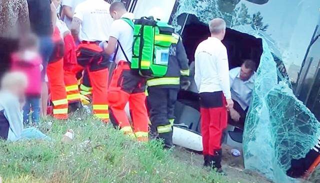 Do wypadku autokaru doszło w niedzielę 9 sierpnia 2020. Autokar wywrócił się, gdy zjechał z autostrady do rowu.Zobacz kolejne zdjęcia. Przesuwaj zdjęcia w prawo - naciśnij strzałkę lub przycisk NASTĘPNE