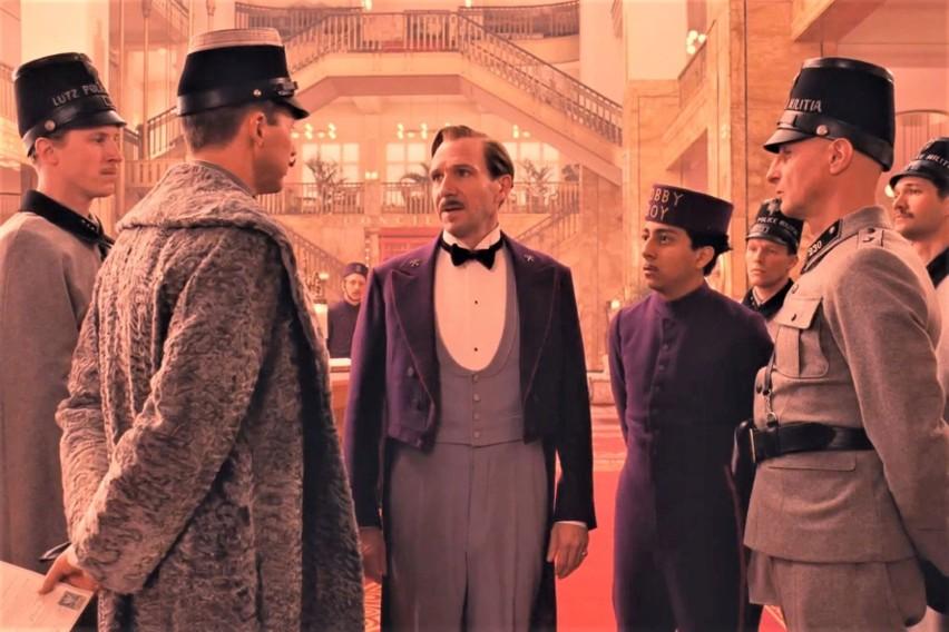 Ralph Fiennes, Edward Norton, Tony Revolori w domu handlowym...