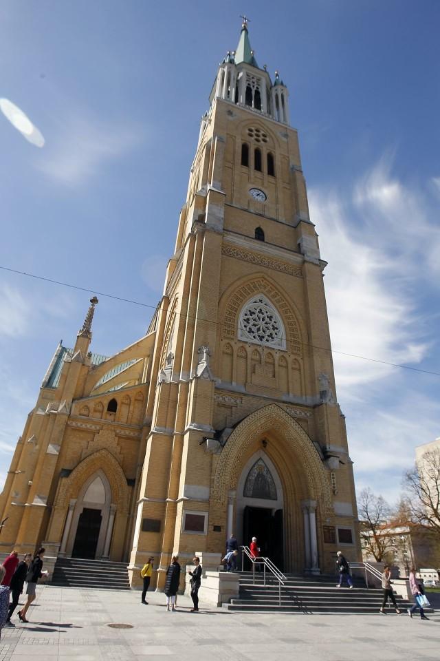 Najwyższym obiektem – dzięki wysokiej wieży – jest popularna katedra, czyli bazylika archikatedralna św. Stanisława Kostki przy ul. Piotrkowskiej. Ma 104,5 metra wysokości. Ten najsłynniejszy łódzki kościół został zbudowany z żółtej cegły w stylu neogotyckim w latach 1901 – 1912. Konsekracji świątyni dokonał jesienią 1922 roku ksiądz biskup Wincenty Tymieniecki. Podczas II wojny światowej katedra została ograbiona przez gestapo z kosztowności i szat liturgicznych i zamieniona na składy wojskowe. Czytaj dalej na kolejnym slajdzie>>>>