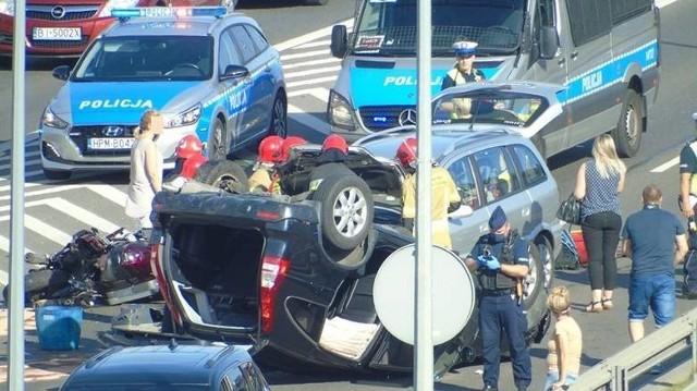 W ostatni czwartek na szosie północno-obwodowej w Białymstoku doszło do groźnie wyglądającego karambolu. Zderzyły się trzy samochody i motocykl. Jedno z aut dachowało. Trzy osoby zostały ranne. Cudem nikt nie zginął. Inni nie mieli tyle szczęścia.