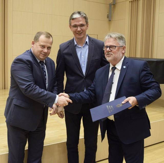 Umowę z rąk marszałka województwa Adama Jarubasa i członka zarządu województwa Marka Szczepanika odbiera wójt Łącznej Romuald Kowaliński.