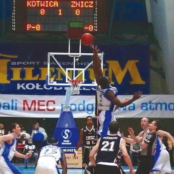 Koszykarzom Znicza zmiana trenera wcale nie pomogła - rozegrali wręcz jedno z gorszych meczów w ostatnich tygodniach.