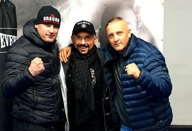 Od lewej: Łukasz Guzik, reżyser Patryk Vega i MIrosław Guzik (również trener karate, prywatnie tata Łukasza)