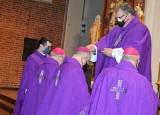 Opole. Środa popielcowa w katedrze opolskiej. Wieczorna liturgia z posypaniem głów popiołem