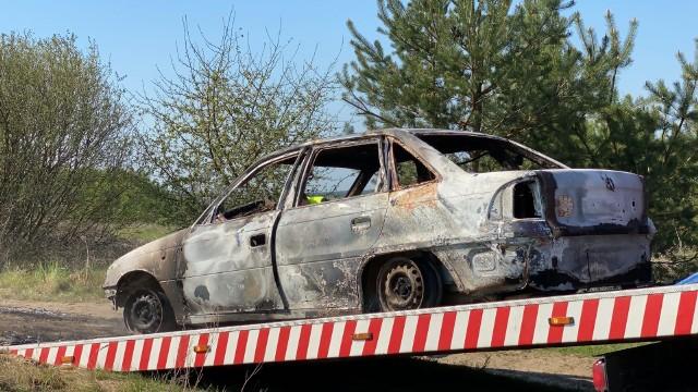 W lesie w gminie Kamień policjanci z KPP w Sępólnie odnaleźli zwęglone zwłoki w spalonym samochodzie