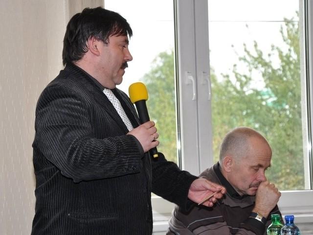 Andrzej Galla (z lewej) i Piotr Rogalski razem zgodnie kierowali szpitalem do czasu, aż ten drugi oficjalnie wystąpił przeciwko ówczesnemu staroście Michałowi Ilnickiemu. Za to stracił stanowisko, a prezesurę powierzono właśnie Galli.
